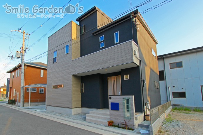 建物と一体感のある門柱と差し色の青いポストが印象的なデザイン外構
