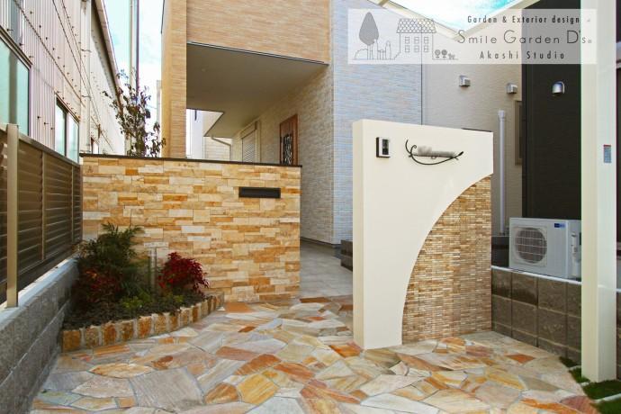 スペースの有効活用と広がりを感じさせる曲線デザイン外構