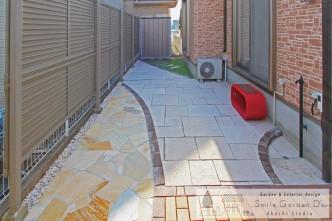 スマイルガーデン 庭デザイン 立水栓 人工芝 枕木 二見町