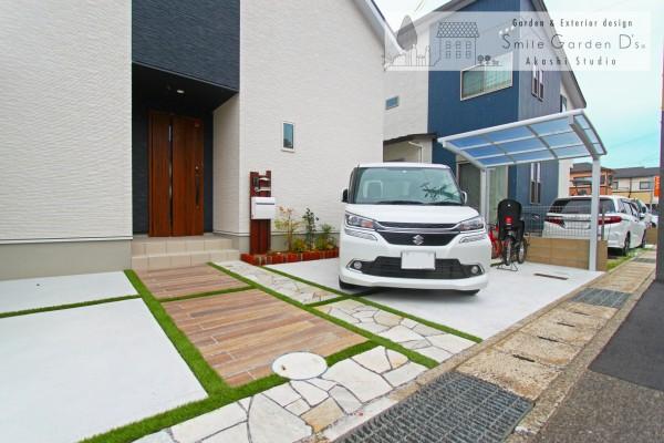 木調タイルと人工芝、乱形石のアプローチ 神戸市西区
