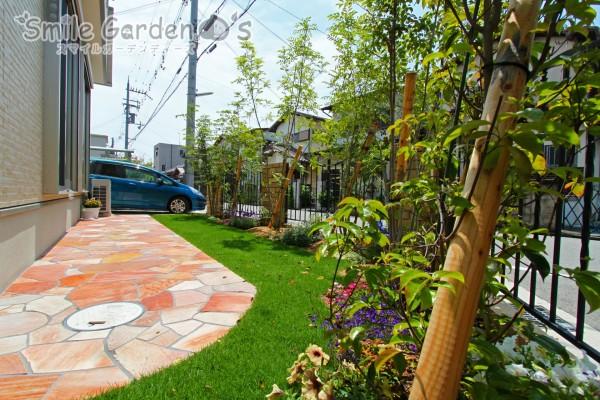 芝生と自然石を敷き込んだお庭まわり 明石市