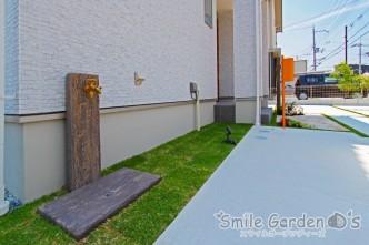 人工芝と枕木の立水栓 姫路市