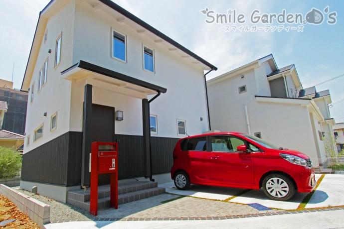 赤い宅配ボックスが印象的な和モダンのオープン外構 加古川市