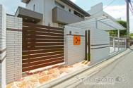 オレンジのポストが印象的な門まわり 明石市