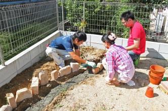 耐火レンガで花壇を作っていきます