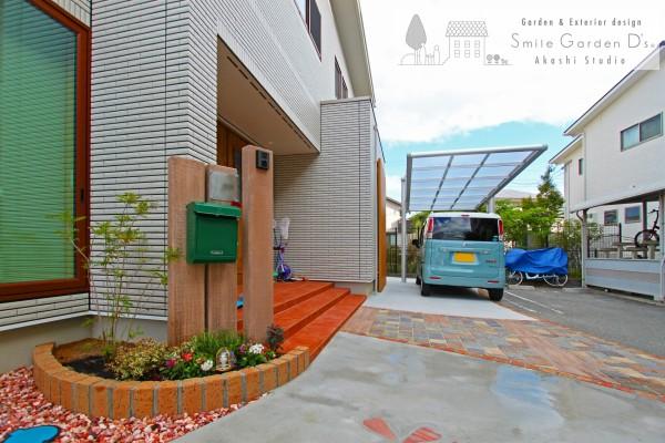 枕木の門柱とグリーンのポスト 神戸市西区