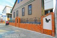 レンガ積みと塗り壁のアートウォール