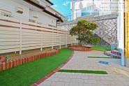 石畳調のアプローチと人工芝のお庭 明石市
