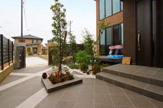 スペースを有効活用しアプローチとお庭スペースを一体にし、全体でも使っていただけるデザイン